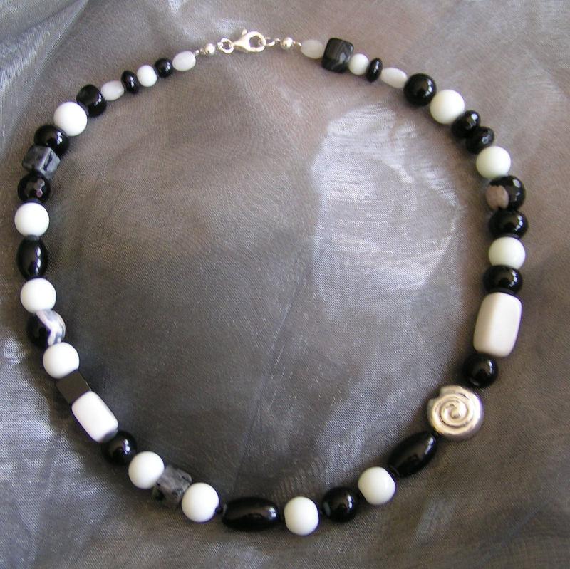 Art.-Nr. 251 Onyxvaraitonen, weißer Achat, Obsidian, Schnecke und Verschluss aus 925 Sterlingsilber, 50,00€