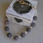 Art.-Nr. 535 Turitellakugeln Ø 18mm, Mondstein, italienischer Karabinerverschluss vergoldetes Kupfer, 89,00€