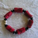Armband auf Schmuckgummi, Bambuskoralle, Onyx, versilbertes Kupferteil, 12,00€