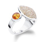 Art.-Nr. DUR-R 4566 Ring aus Strandsand mit Bernstein gefasst in 925er Sterling-Silber, Höhe: 1,9cm, Breite: 2,2cm, auch in Gr. 62 erhältlich, 79,90€