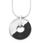 """Art.-Nr. DUR-P2661 Lavasand-Anhänger """"Krakatau"""" in Donutform mit einer Hälfte aus schwarzem Lavasand und einer Hälfte aus gebürstetem 925er Sterling-Silber, Höhe: 4cm, Ø 3,5cm, 69,90€"""