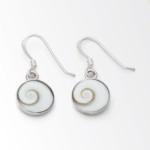 Art.-Nr. DUR-O3459 Ohrhänger mit einem runden Meeresauge in Silber gefasst, klein 925er Sterling-Silber Ø 0,9cm, 14,90€