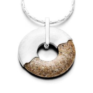 Art.-Nr. DUR-P2868 Sand-Anhänger in Donutform mit einer Hälfte aus Strandsand und einer Hälfte aus gebürstetem 925er Sterling Silber, Höhe: 4,2cm, Ø 3,6cm, 63,50€