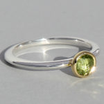 Art.-Nr. Ca- RS1382P Silberring teilvergoldet | fine flat,5 mm facettierter Peridot, 59,00€