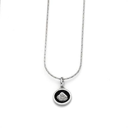Art.-Nr. DUR-K2386 Feine Haferkornkette, rhodiniert mit einem runden, in Lavasand gebetteten Muschel, aus poliertem und rhodiniertem 925er Sterling-Silber, ca. 42 cm lang, 53,90€
