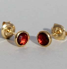 Art.-Nr. Ca-ES1382D Silberohrstecker vergoldet mit Granat   Fine flat 5 mm fac. Granat, 57,00€